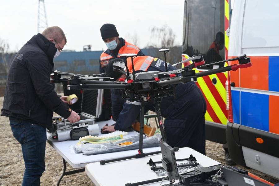 Meetapparatuur wordt aan de drone bevestigd © Geert Biermans
