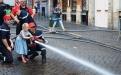Les jeunes sapeurs-pompiers apprennent aux enfants comment  tenir un tuyau incen